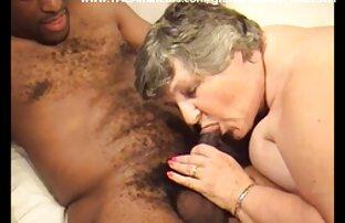Nena joven se desnuda y muestra sus increíbles tetas a un semental xxxespañollatino mayor y luego folla