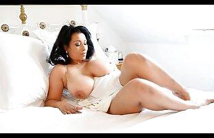 Hermosa rubia sexy con piercings en el coño posa desnuda videos xxx con audio latino